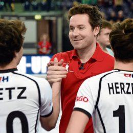 ARCHIV- Hockey-WM/Halle, Herren - Gruppe A: Deutschland - Schweden am 04.02.2015 in Leipzig (Sachsen). DHB-Coach Stefan Kermas (M) stimmt sein Team auf das Spiel ein. (zu dpa «Kermas wird Trainer der Hockey-Herren - Damen weiter mit Mülders» am 25.11.2016) Foto: Hendrik Schmidt/dpa-Zentralbild/dpa +++(c) dpa - Bildfunk+++ | Verwendung weltweit